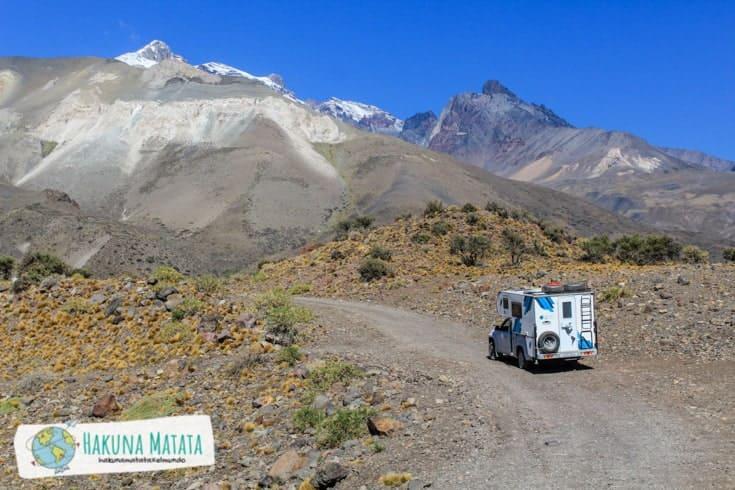 Fotografía del camper en un camino de montaña